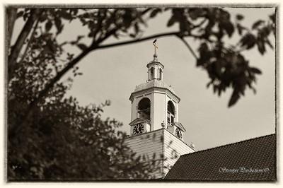 kerk met bladgoud kruis